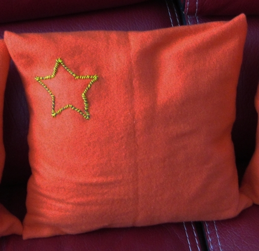 Coussin orange etoile 1