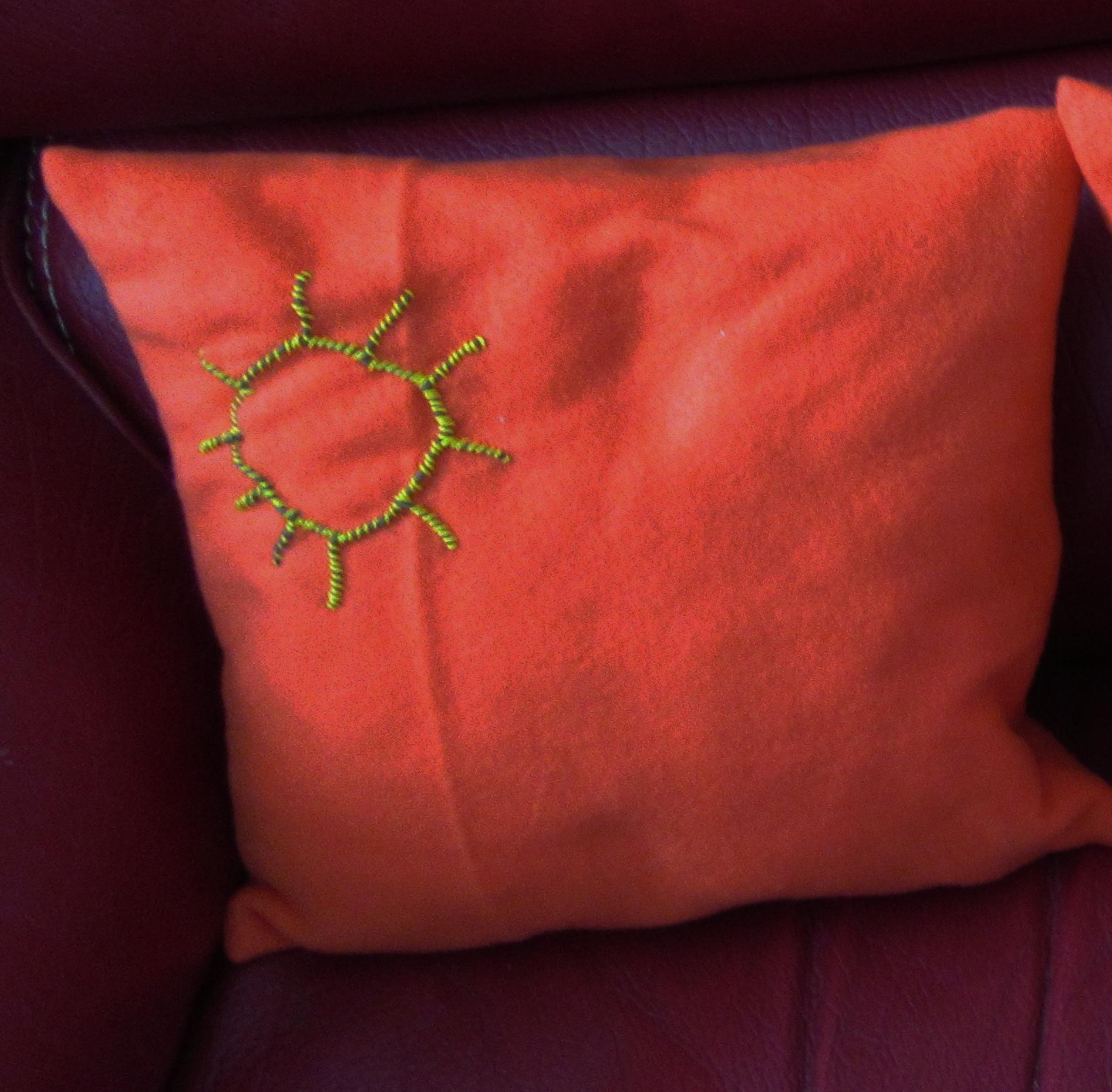 Coussin orange soleil 1