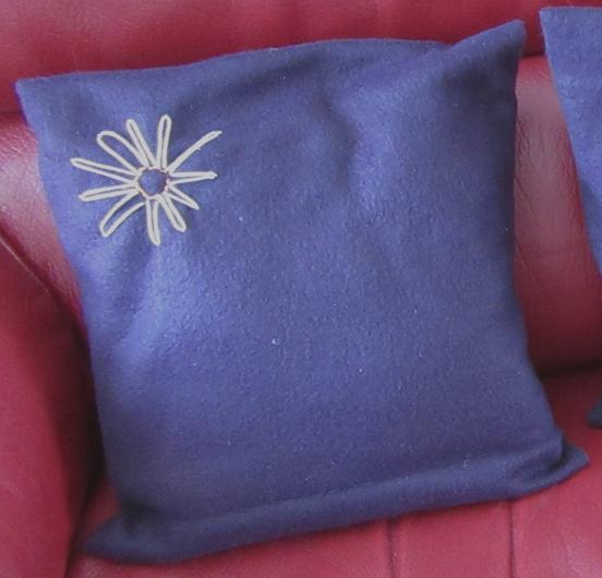 Coussin violet marguerite