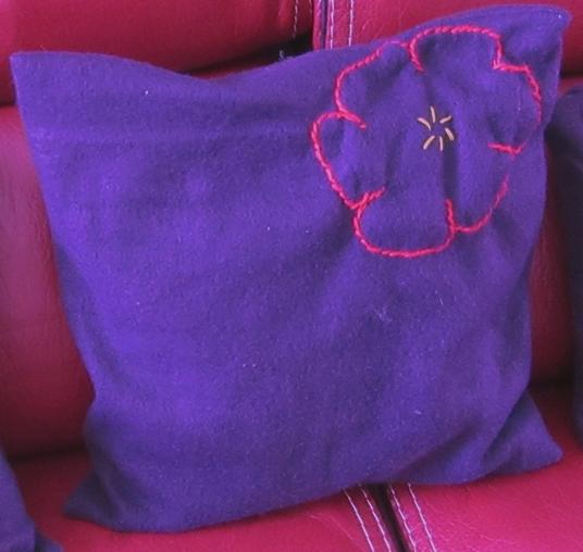 Coussinviolet fleur rouge