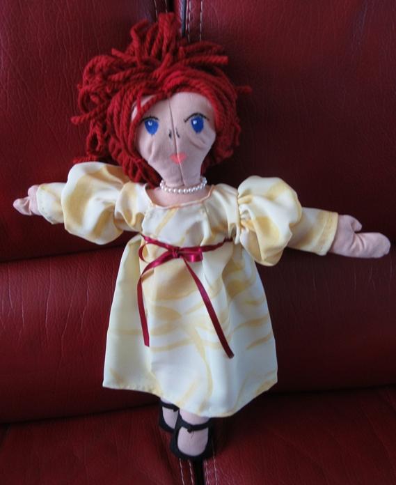 Robe jaune cheveux rouges